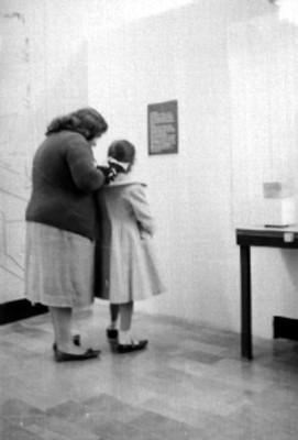 Mujer y niña observan una exposición