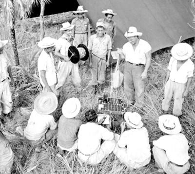 Trabajadores de Petróleos Mexicanos realizan mediciones durante una exploración