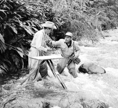 Exploradores en un río realizan mediciones
