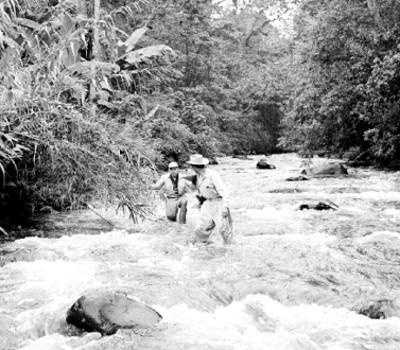 Exploradores atraviezan un río durante una expedición