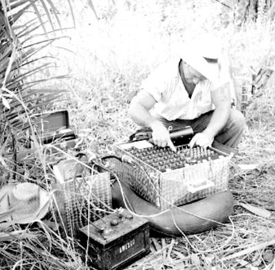 Explorador opera un instrumento de medición