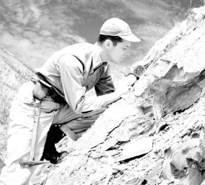 Explorador realiza cálculos durante una expedición