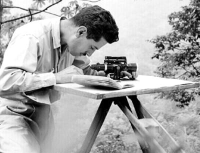 Explorador realiza mediciones con un teodolito
