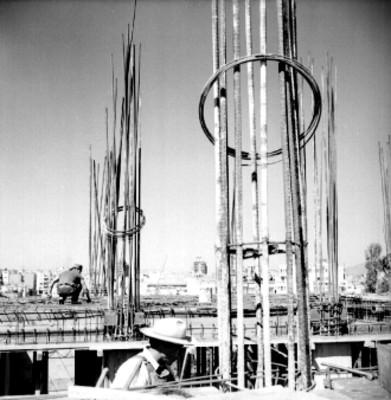 Albañiles arman castillos en la construcción de un edificio
