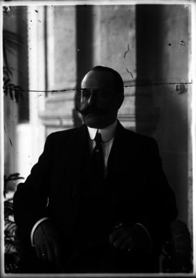 Ramón Corona, general, en una oficina, retrato