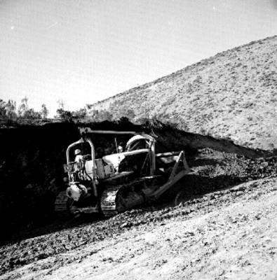 Buldozer trabajando en las obras de un camino