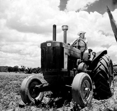 Hombre manipula tractor en un campo