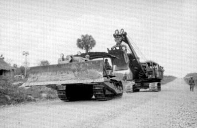 Buldozer y grúa en las obras de un camino
