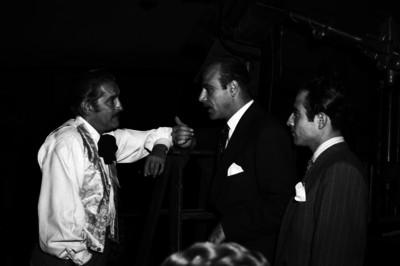 Arturo de Córdova conversando con otros actores en un estudio cinematográfico