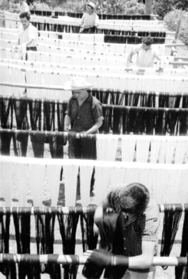 Artesano tiende lana