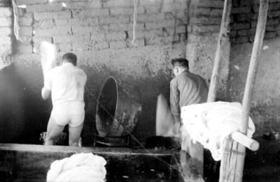 Artesano lava lana