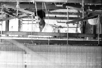 Artesanos trabajan en un telar mecánico