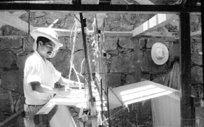 Artesano trabaja con un telar mecánico