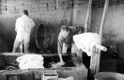 Artesanos lavan lana