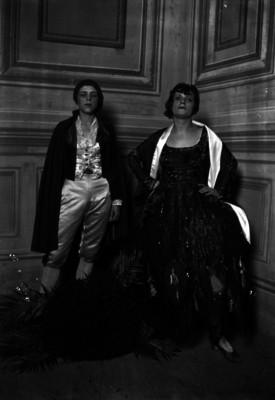 Hermanas Corio, bailarinas, vestidas con trajes folclóricos en un teatro, retrato