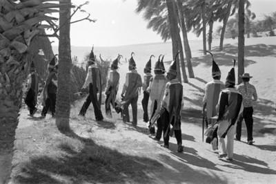 Indígenas caminan hacia una vivienda