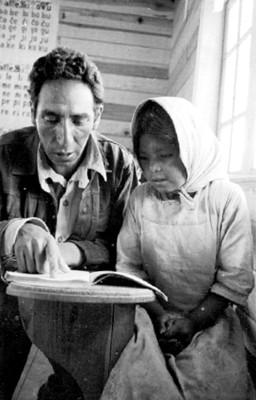 Maestro enseña a leer a niña tarahumara