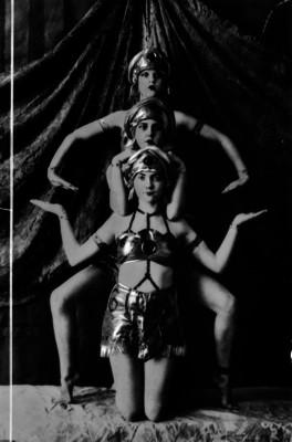 Hermanas Corio, bailarinas, con trajes folclóricos en el escenario de un teatro