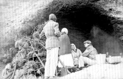 Investigador con gente rarámuri en su cueva habitación