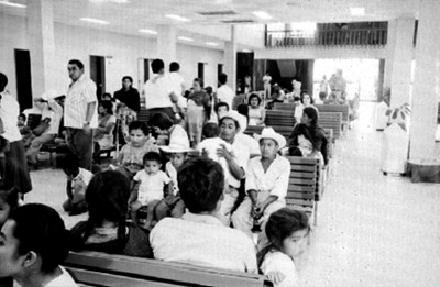 Eusebio Abasolo y familia en la sala de espera de una clínica