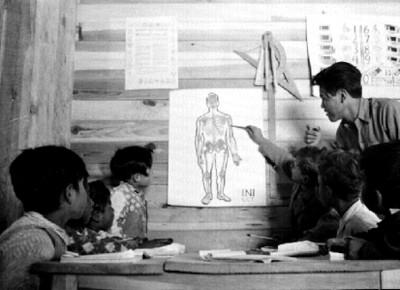 Niños mestizos en una clase de anatomia