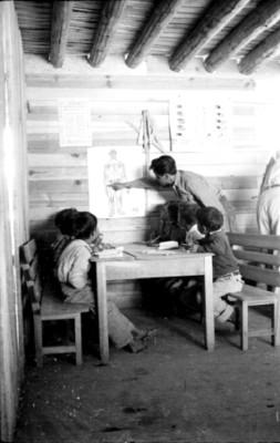 Maestro da clases a niños tarahumaras