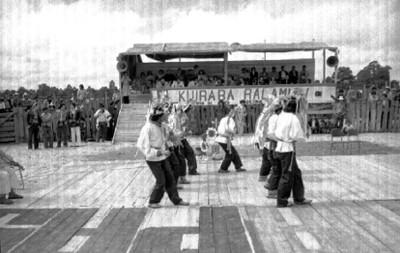 Danzantes indígenas bailan durante un encuentro de música tradicional