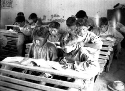 Niñas mestizos durante una clase