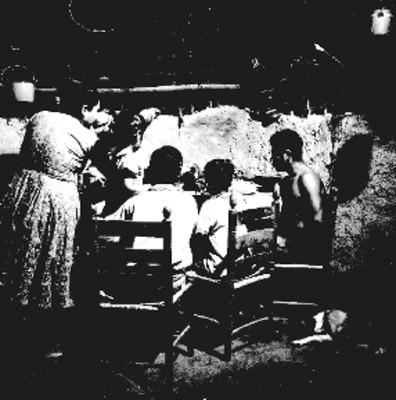 Eusebio Abasolo y familia comen en su vivienda
