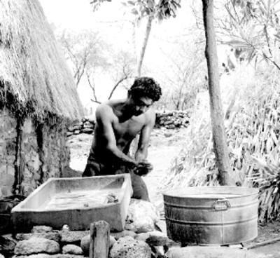 Eusebio Abasolo se lava las manos en un lavadero