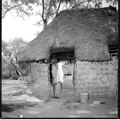 Esposa de Eusebio Abasolo prepara alimentos en su vivienda