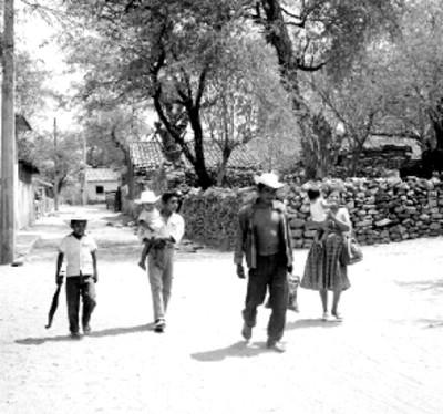 Eusebio Abasolo y familia caminan por unacalle