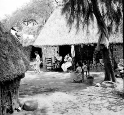 Mujeres y niñas descansan en un patio