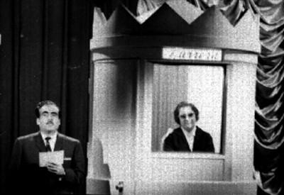 Pedro Ferriz Santa Cruz conduce el programa de televisión El gran premio