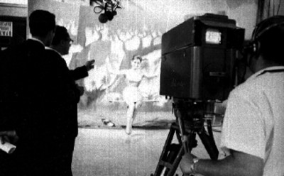 Actriz en un columpio durante la grabación de un programa de televisión
