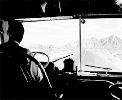 Chofer conduce autobús en la cerretera Tijuana-México