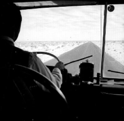 Tramo de una carretera, vista desde el interior de un autobús