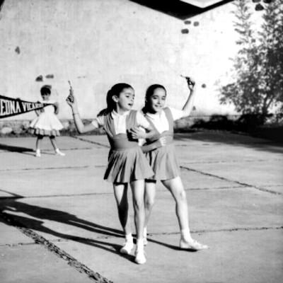 Niñas brincan la cuerda en el patio de una escuela
