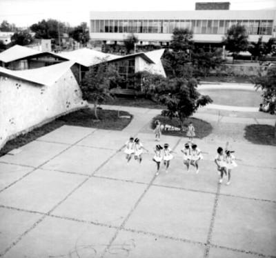 Niñas saltan la cuerda en el patio de una escuela