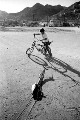 Niños en bicicleta jala un juguete