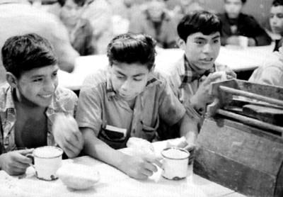 Niños comen en un orfanato