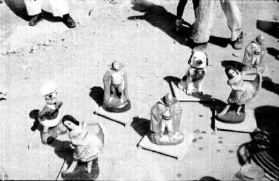Juguetes de plastico exhibidos en una calle