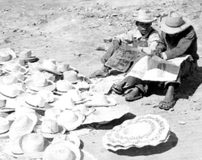 Hombre y niño venden sombreros