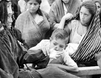 Niño besa la mano de Jesús durante representacion de la Pasión de Cristo
