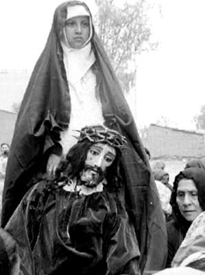 Hombre y mujer representan a María y Jesús durante la Pasión de Cristo