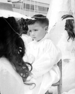 Niño vestidos de ángeles durante representacion de la Pasión de Cristo