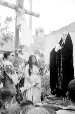 Gente actua durante representación de la Pasión de Cristo