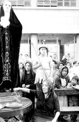 Mujer representa a la virgen María durante la Pasión de Cristo