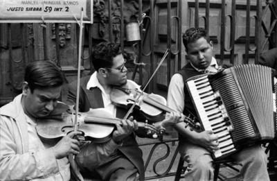 Músicos interpretan melodías en una calle