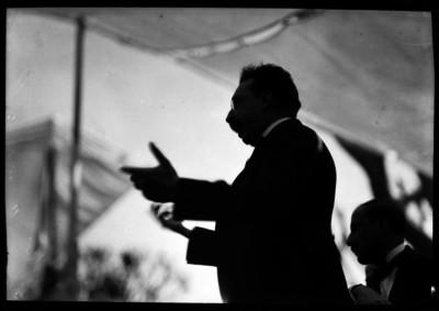 Alfonso Cravioto Mejorada pronunciando un discurso durante un acto